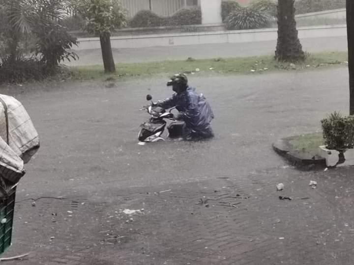 Hujan Lebat Satu Jam, Surabaya Dikepung Banjir dan Macet